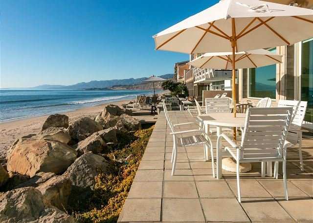 Queen of the Coast | Beachfront Dream, Balcony, Patio & Direct Beach Access, alquiler de vacaciones en Ventura