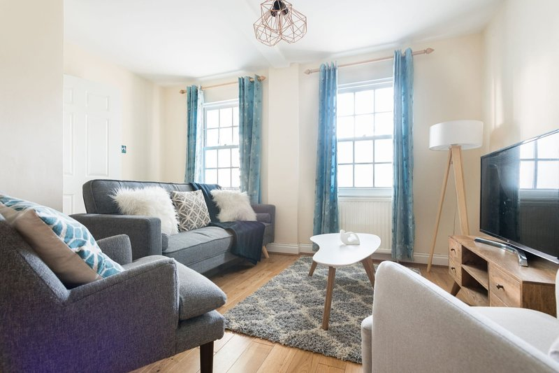 The Lapis Lounge - Large 3BDR House at River Avon, holiday rental in Bath