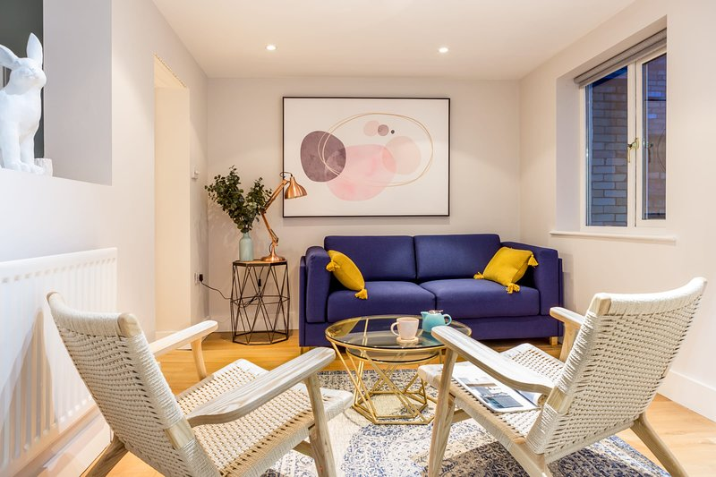 The Modern Classic - Contemporary & Elegant 3BDR Home, holiday rental in Madingley