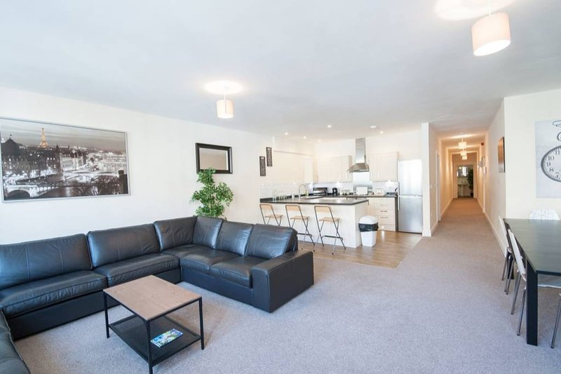 The Broadmead Forest - Spacious City Centre 3BDR Apartment, holiday rental in Filton