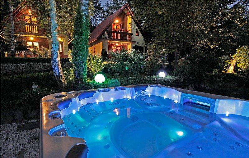 Amazing home in Breze with Jacuzzi and 4 Bedrooms (CKN209), alquiler vacacional en Breze