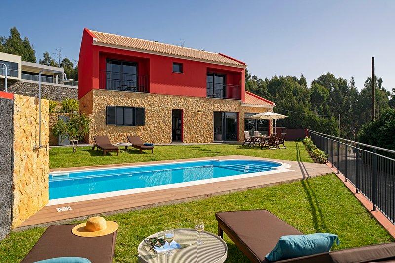 For families with sea view and pool - Felicidade Rocha I, casa vacanza a Ponta do Pargo