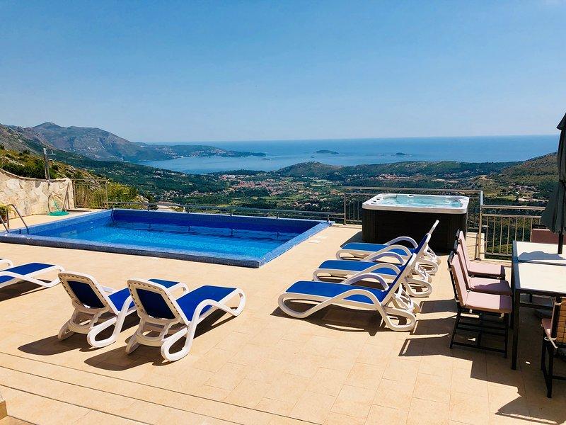 Villa Cruz -stunning views with private pool, jacuzzi and extensive patio., location de vacances à Ivanica