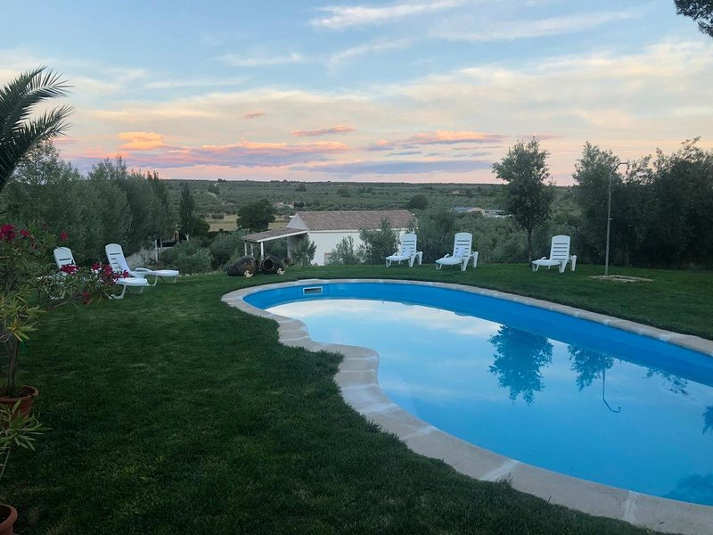 Nice house with shared pool, location de vacances à Alhambra