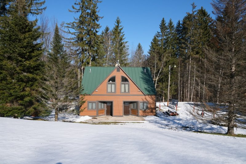 ☆ SKI ON & OFF! ☆ Spruce Glen A on Great Eastern Trail w/Sauna, Fireplace, holiday rental in Sherburne