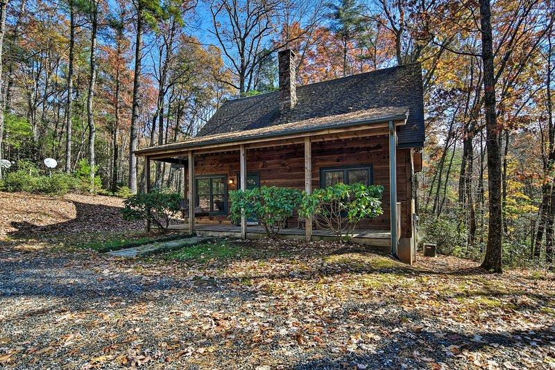 Woodland Cabin w/ Hot Tub & Deck: 11 Mi to Boone!, holiday rental in Deep Gap