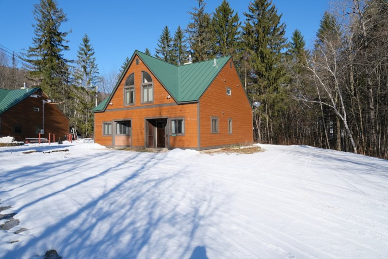 ☆ SKI ON & OFF! ☆ Spruce Glen D on Great Eastern Trail w/Sauna, Fireplace, holiday rental in Sherburne
