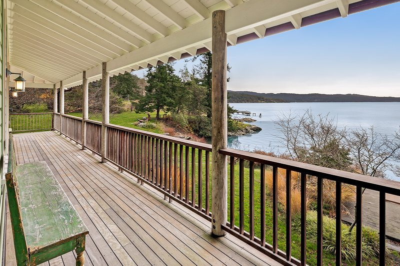 Waterfront & family-friendly home w/ deck,great views, full kitchen & WiFi!, vacation rental in Bakers Mills
