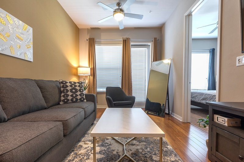 LUXURIOUS KING BED MED CENTER FULLY EQUIPPED CONDO, alquiler de vacaciones en Southside Place