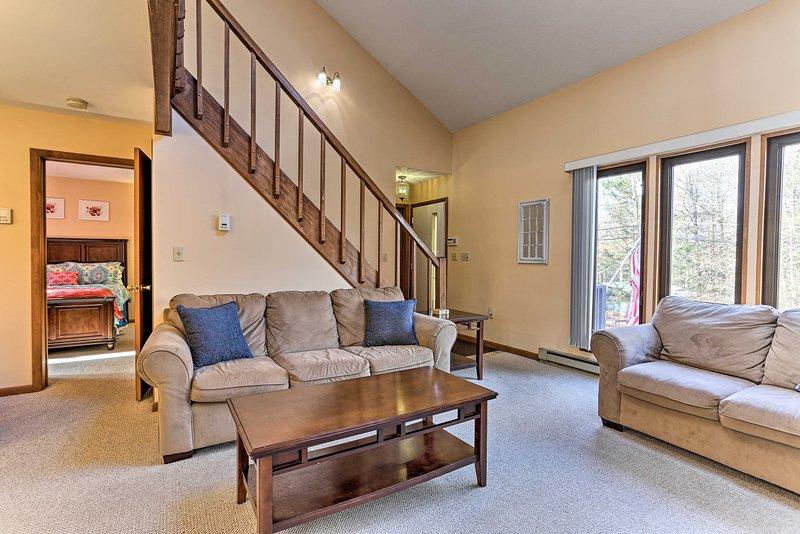 Passe o dia fora e as noites nesta acolhedora sala de estar!