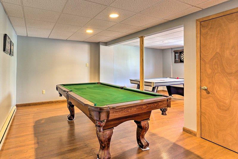 Lá embaixo, na sala de jogos, você encontrará uma mesa de sinuca e uma mesa de air hockey.