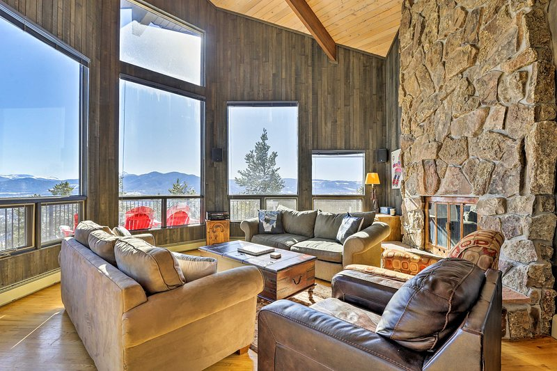 NEW! Panoramic Mountain-View Home w/ Hot Tub+Deck!, location de vacances à Tabernash