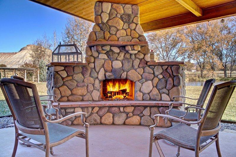 Rilassati davanti al fuoco scoppiettante e ammira le viste sulle montagne!