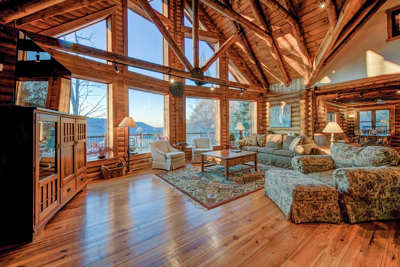 Marvelous log home w/spectacular lake views, hot tub, 2 fireplaces, & pool table, vacation rental in McHenry