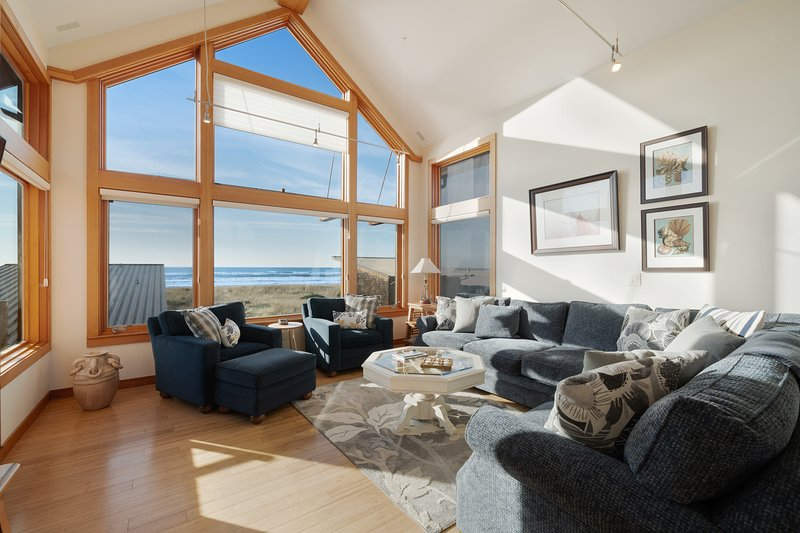 Oceanfront & view home on Cohasset Beach with ocean views and free WiFi!, holiday rental in Hoquiam