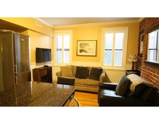 NORTH END APT -off of Hanover St-walk to subway and lots of Boston Attractions., vacation rental in Boston