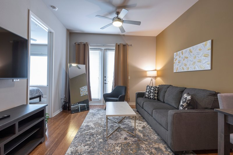 LUXURIOUS - KING SIZED BED - MED CENTER FULLY EQUIPPED CONDO, location de vacances à Southside Place