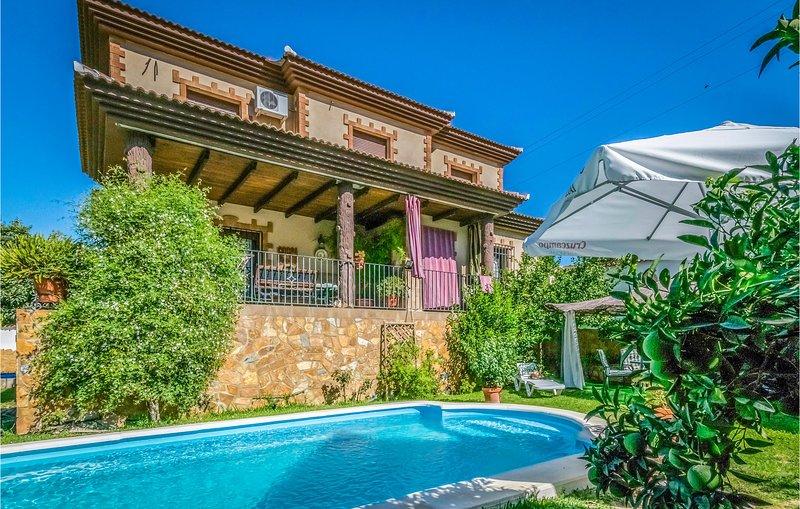 Beautiful home in Cuevas de San Marcos with WiFi and 4 Bedrooms (EAC286), alquiler vacacional en Villanueva de Algaidas