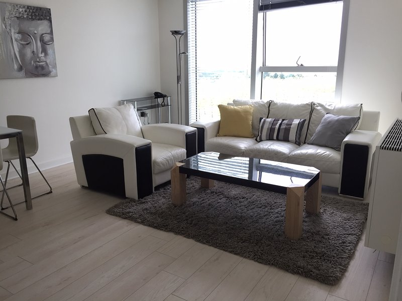 Stylish serviced apartment in the Hub, holiday rental in Bletchley