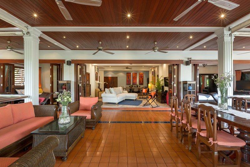 Villa Talay Naiharn - 11BR Villa, 5 Drive to Naiharn Beach,Staff,Chef,Shuttle, location de vacances à Nai Harn