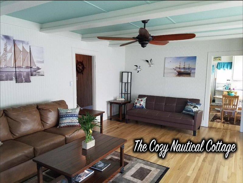 Le salon à thème nautique spacieux et spacieux avec des planchers de bois franc historiques. Bienvenue à bord!