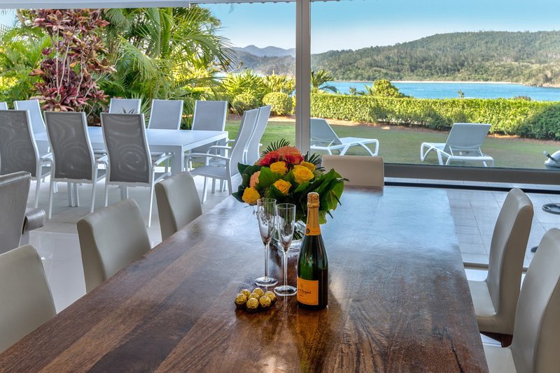 Bella Vista East 3 Luxury Ocean Views Large Flat Grassed Area + Buggy, vacation rental in Hamilton Island
