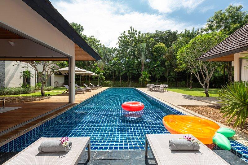 Villa Seventeen - Luxury 5BR Villa near Laguna, Pool, Chef,BBQ,Wifi, casa vacanza a Si Sunthon