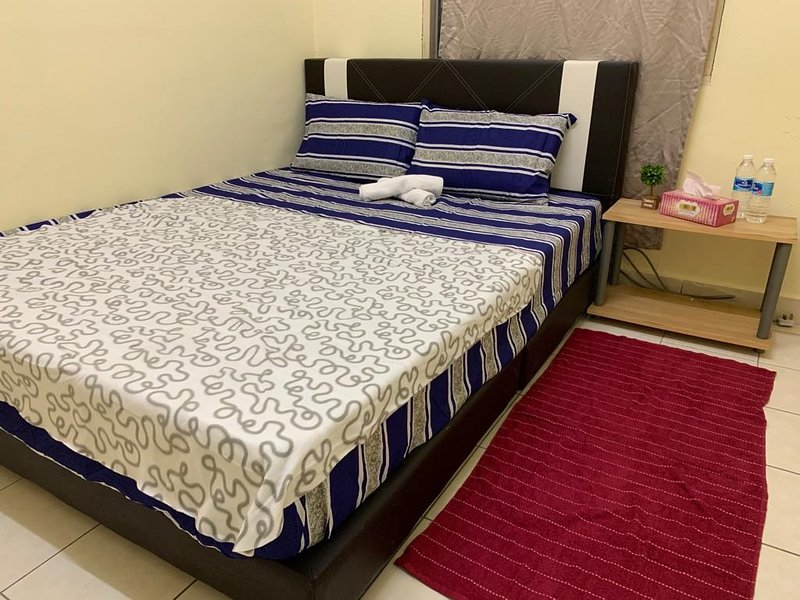 Cosy Queen Bedroom with Wifi and Aircon in Damansara Damai, holiday rental in Rawang
