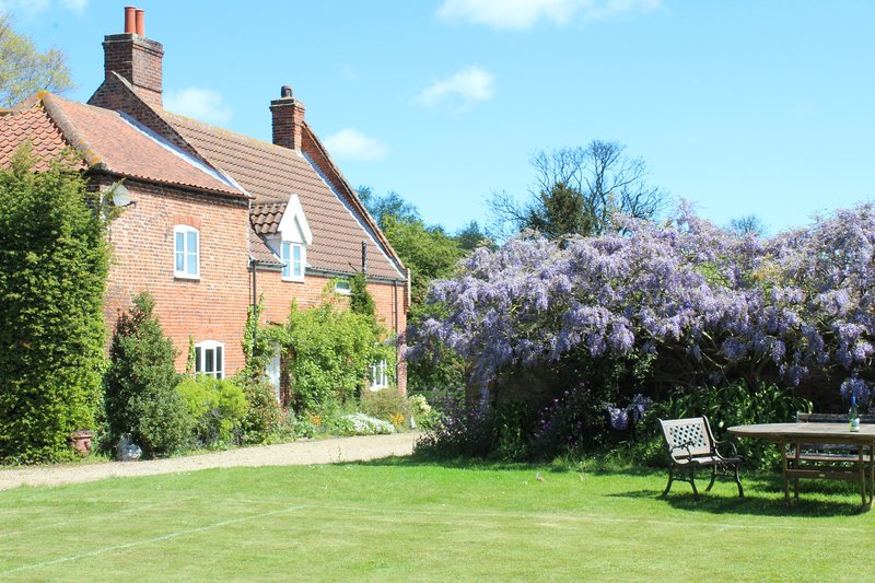 Grove Farm House - Spacious Farmhouse ideal for family gatherings/celebrations, holiday rental in Ludham