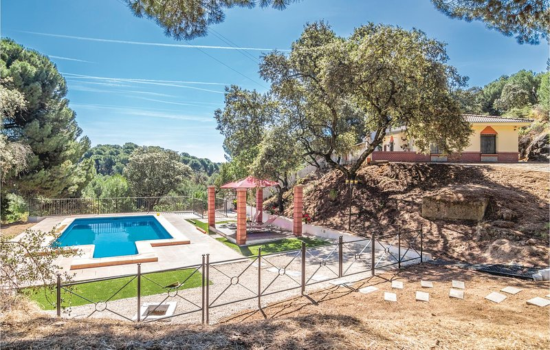 Awesome home in Andujar with Outdoor swimming pool, Outdoor swimming pool and 2, holiday rental in Arjona