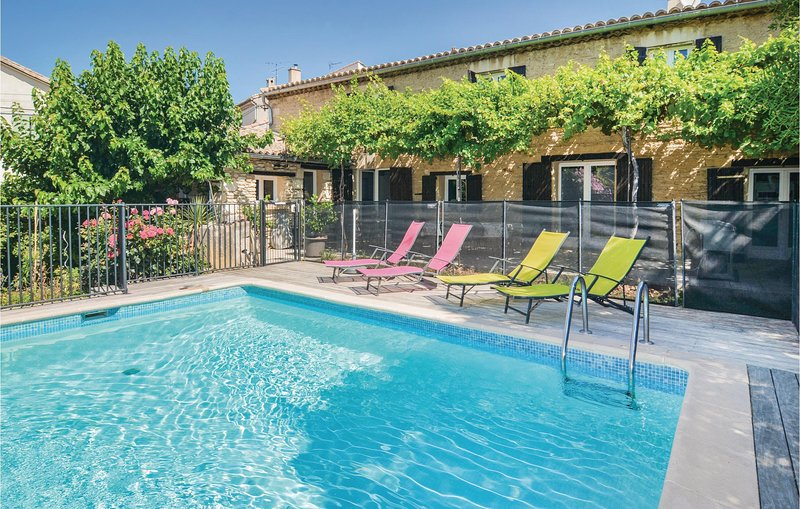 Nice home in Pujaut with WiFi and 4 Bedrooms (FLG447), location de vacances à Pujaut