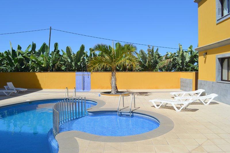 Nice apt with pool access & terrace, aluguéis de temporada em Tazacorte