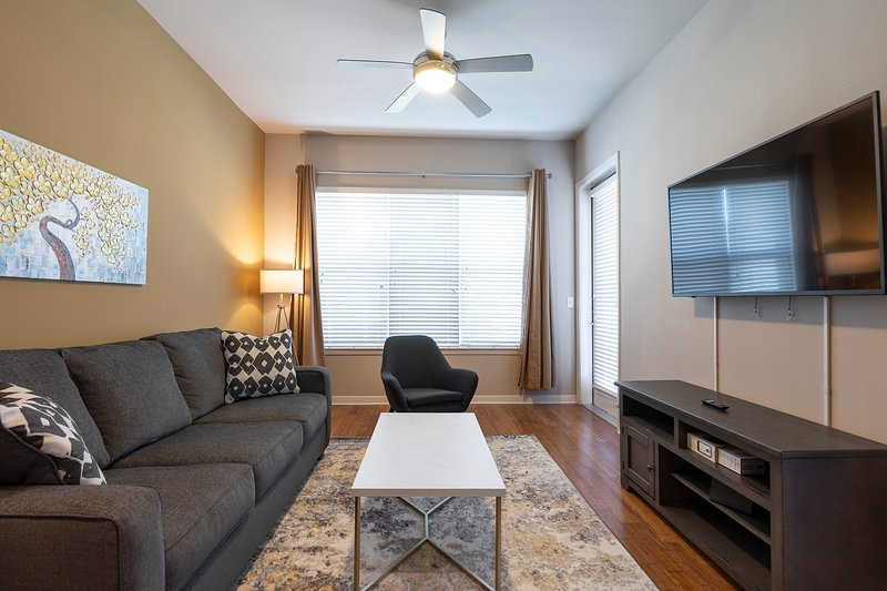 LUXURY KING SIZED BED - MED CENTER FULLY EQUIPPED CONDO, alquiler de vacaciones en Southside Place