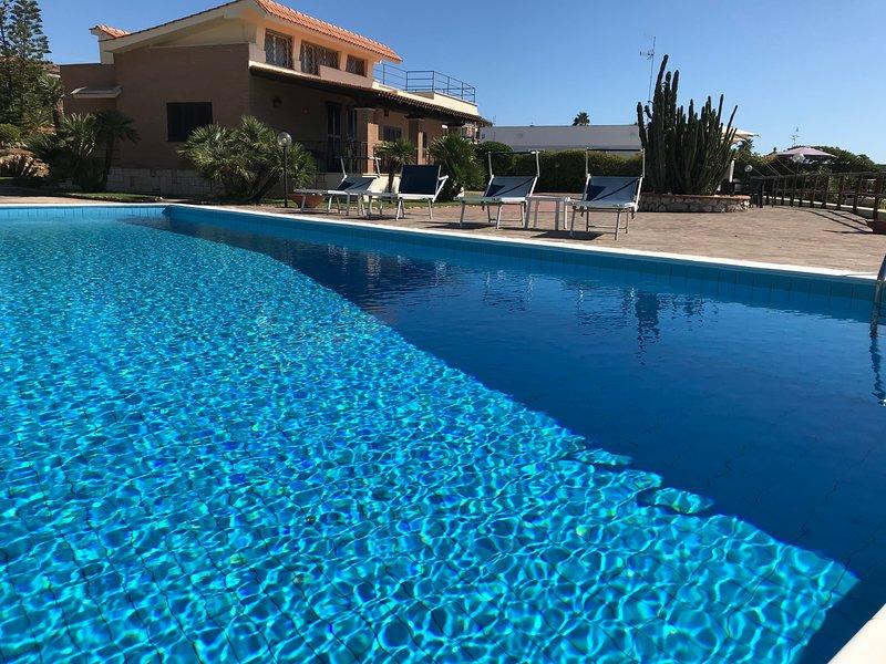 Villa a picco sul mare con piscina privata e accesso  in spiaggia, vacation rental in Anzio