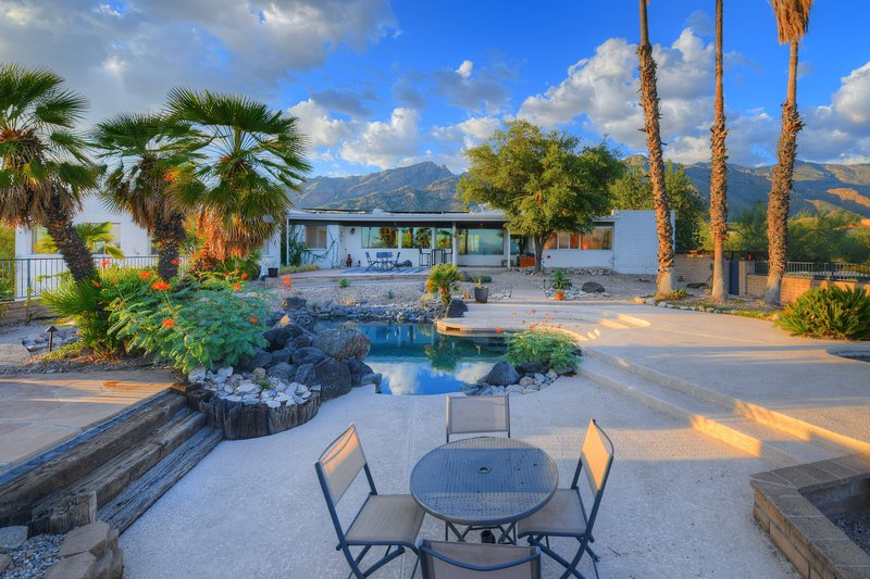 Modern beauty w/ private pool, amazing desert views & patio - dogs welcome!, holiday rental in Catalina Foothills