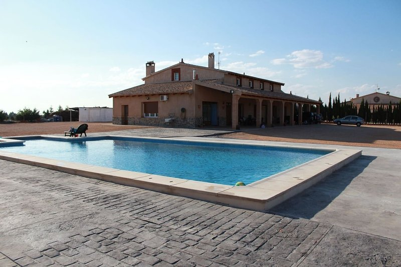 Amazing villa with swimming-pool, vacation rental in Villarrobledo