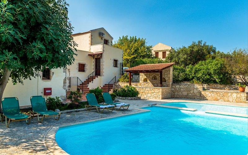 Carlas House, beautiful stone villa near Kalyves beach, location de vacances à Armeni