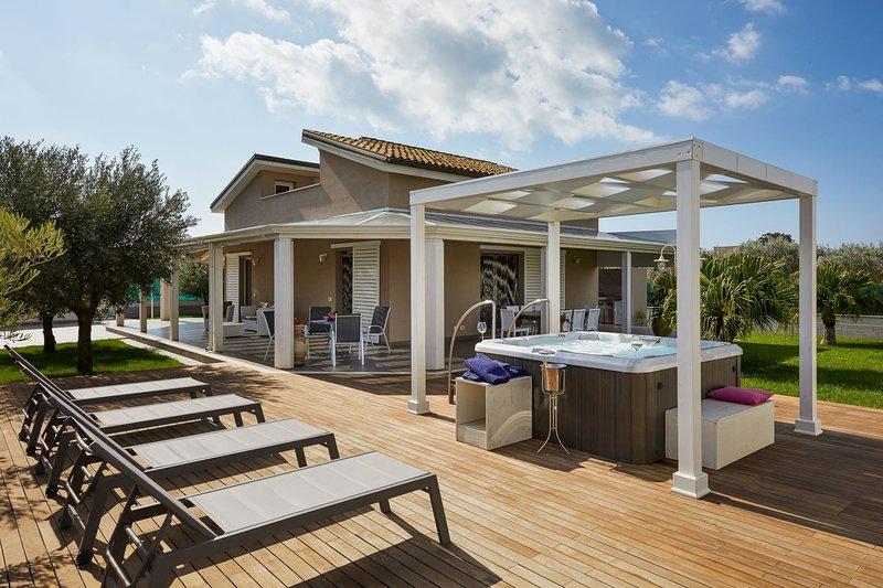 Villa Ulisse: Luxury Villa with Jacuzzi and Bath en Suite near the Beach, location de vacances à Ispica