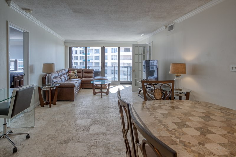 Sleek, oceanfront condo w/ shared pool & hot tub - revel in ocean views!, holiday rental in North Bay Village