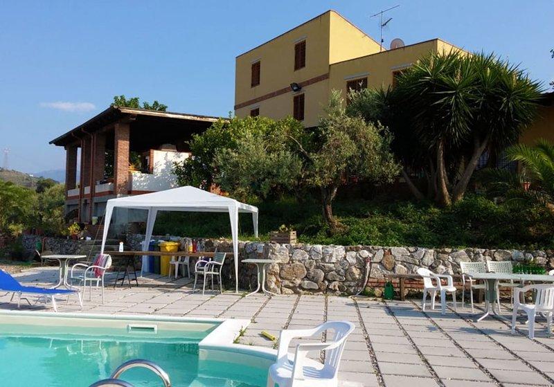 Amazing villa with swimming-pool, holiday rental in Monforte San Giorgio