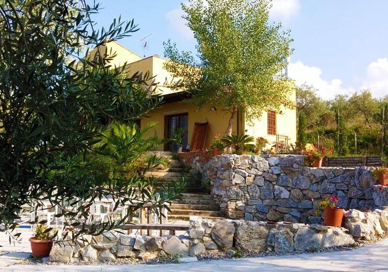 Amazing villa with swimming-pool, casa vacanza a Monforte San Giorgio