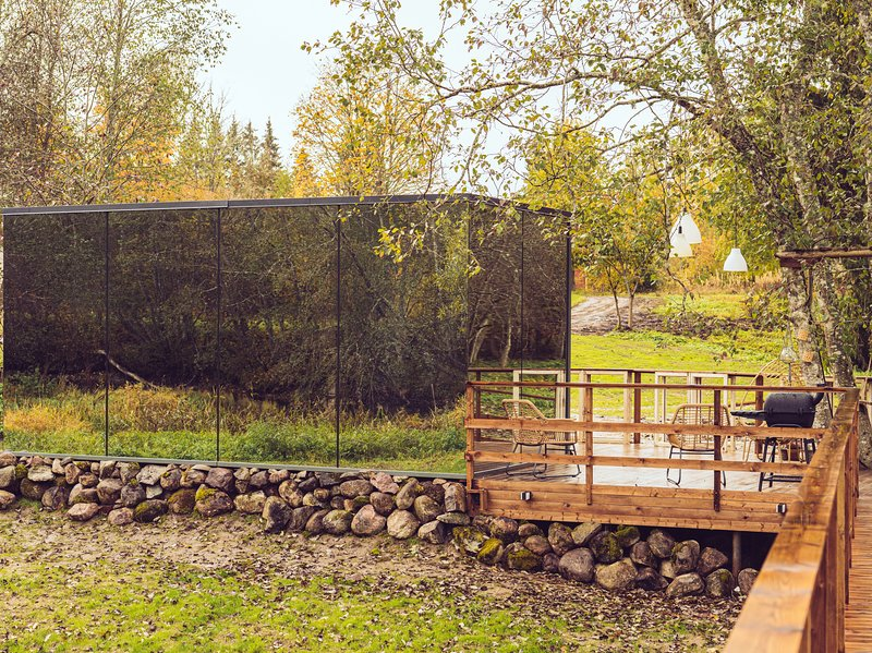 Riverbed inn ÖÖD mirror house & iglucraft sauna by river