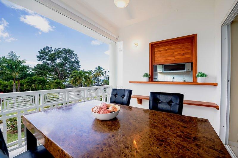 2: a våningen balkong med utomhus matsal och kök genomgång