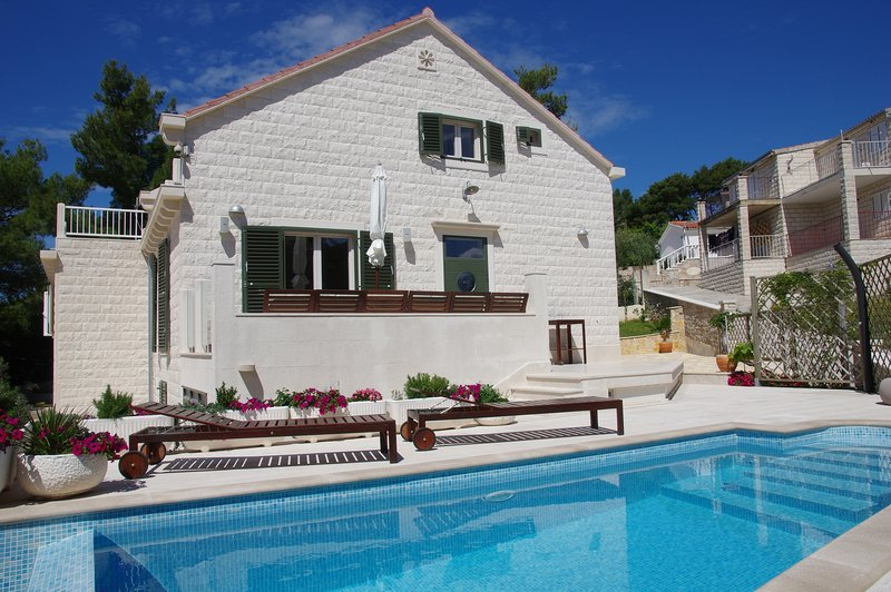 Holiday Home Nevista...with that little extra..., alquiler de vacaciones en Sumartin