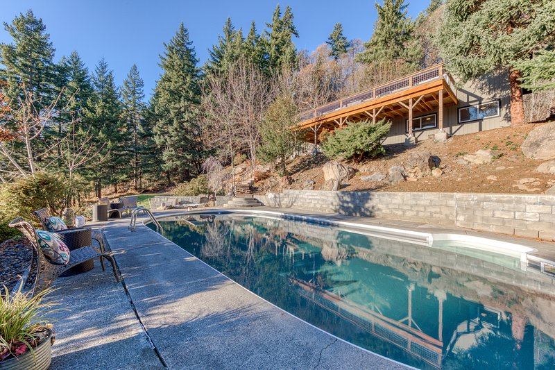 Stylish, remodeled home w/ private pool & peek-a-boo river view!, holiday rental in Parkdale