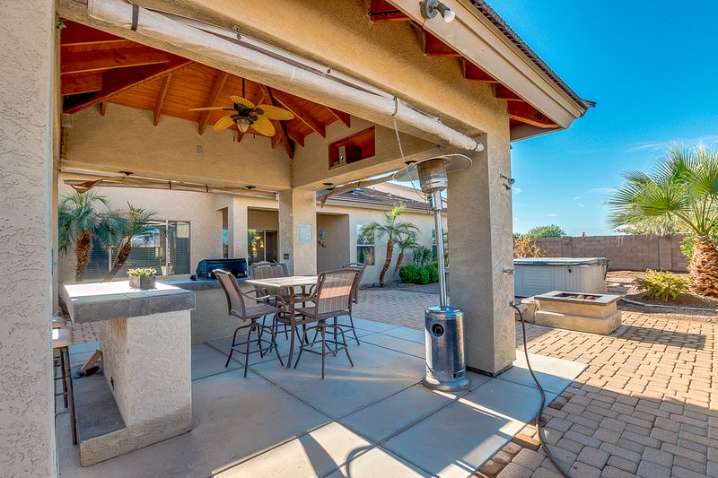 Hot Tub and Outdoor Kitchen! Gorgeous AZ Sunsets! Community Pool!, holiday rental in Maricopa