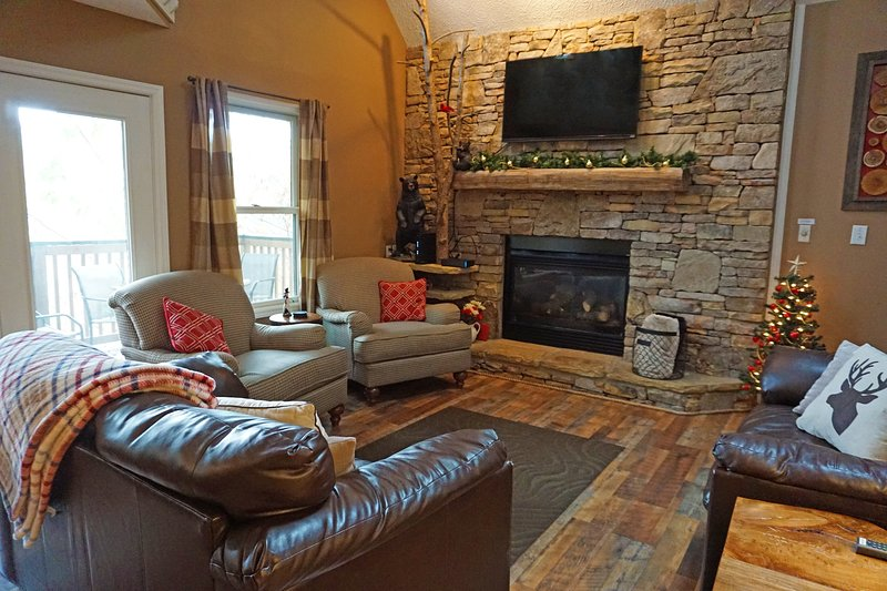 Large Cabin, Pools, Games; Mins to Dollywood, The Island, & Pkwy, Ferienwohnung in Pigeon Forge