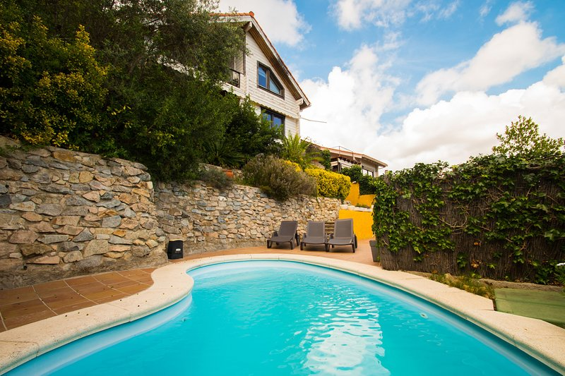 TOTALLY INDEPENDENT VILLA WITH GARDEN AND SWIMMING POOL CLOSE, holiday rental in La Garriga