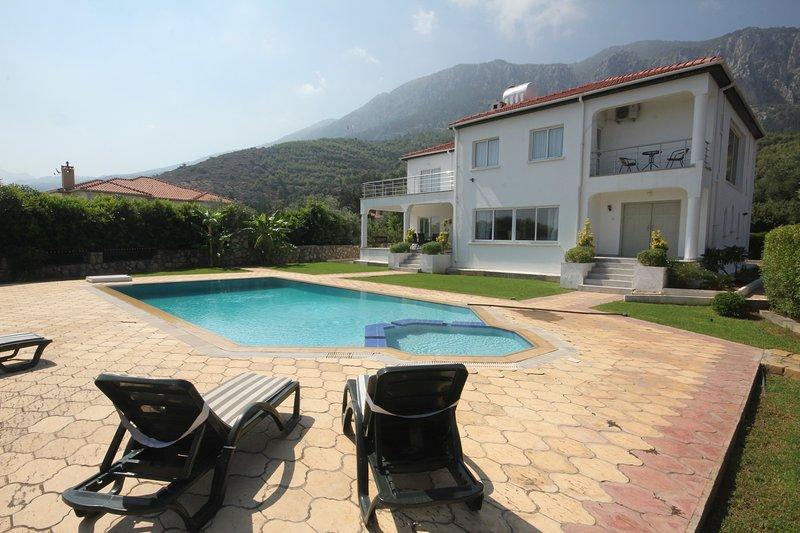 Stunning Villa Olivia, alquiler de vacaciones en Lapta