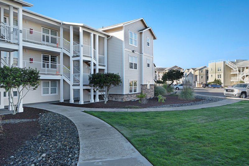 Waterfront condo w/ ocean views, shared pool/hot tub - dogs OK!, holiday rental in Hoquiam